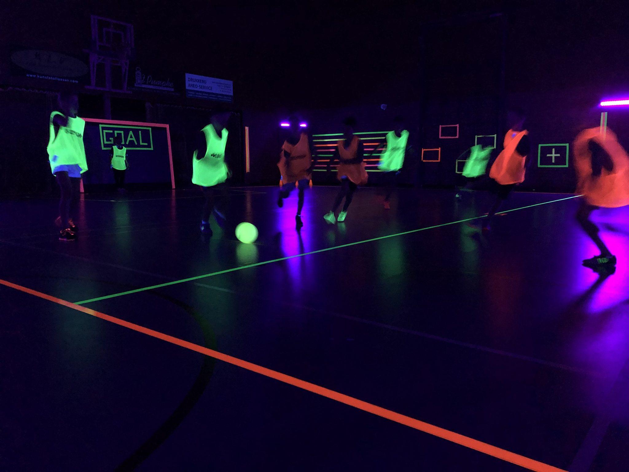 Glow in the dark voetbal voor de jeugd